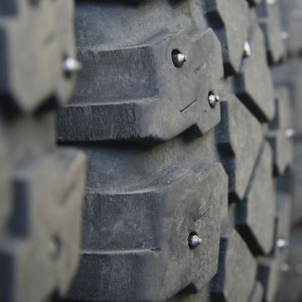 what are studded tires